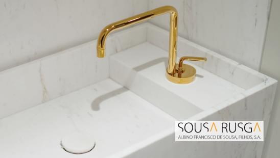 O dourado é a cor ideal para criar um espaço requintado na sua sala de banho.