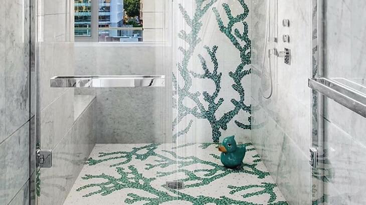 Uma boa combinação do pavimento com a parede, transforma completamente a sua sala de banho!